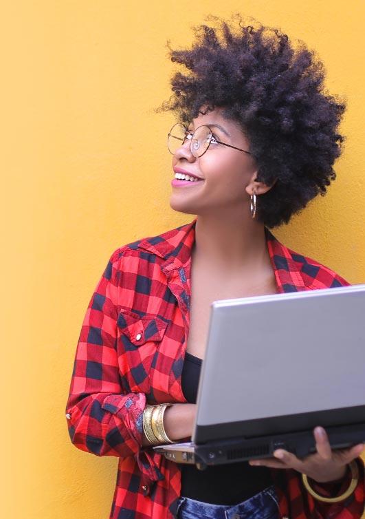 Image de fond présentant une jeune femme tenant un ordinateur portable
